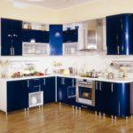 Темно-синий глянцевый гарнитур с белой столешницей и вставными дверцами