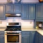 Темно-синяя классическая мебель в светлую кухню