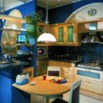Темно-синяя кухня с деревянной мебелью