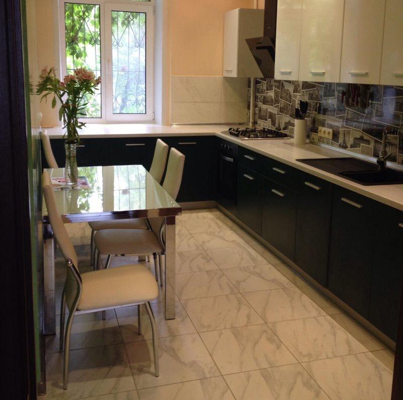 Керамический пол бежевой расцветки в небольшой кухне