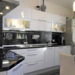Угловая бело-черная кухня в современном дизайне