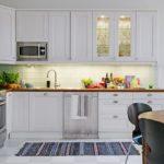 Освещение рабочей поверхности в светлой кухне