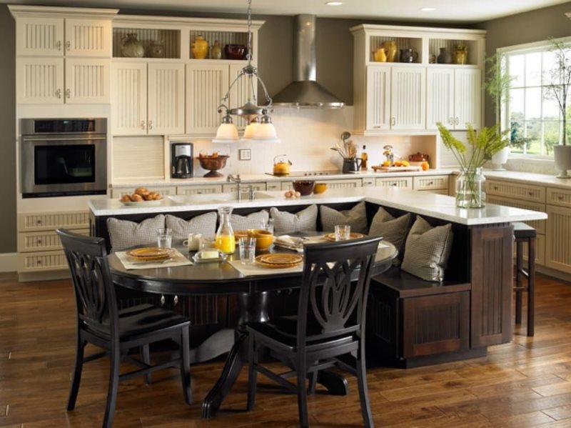 Интерьер большой кухни с мягким уголком посередине комнаты