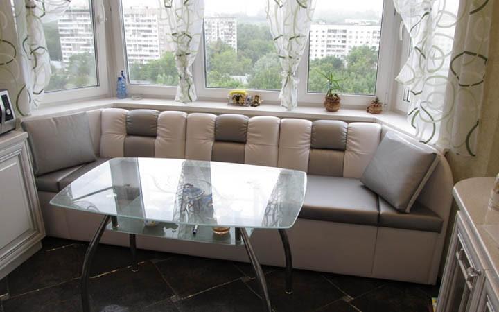 Эркерный диванчик в полнометражной квартире