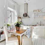 Уютная белая кухня с мебелью из натурального дерева
