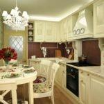 Белая люстра на потолке кухни прованс