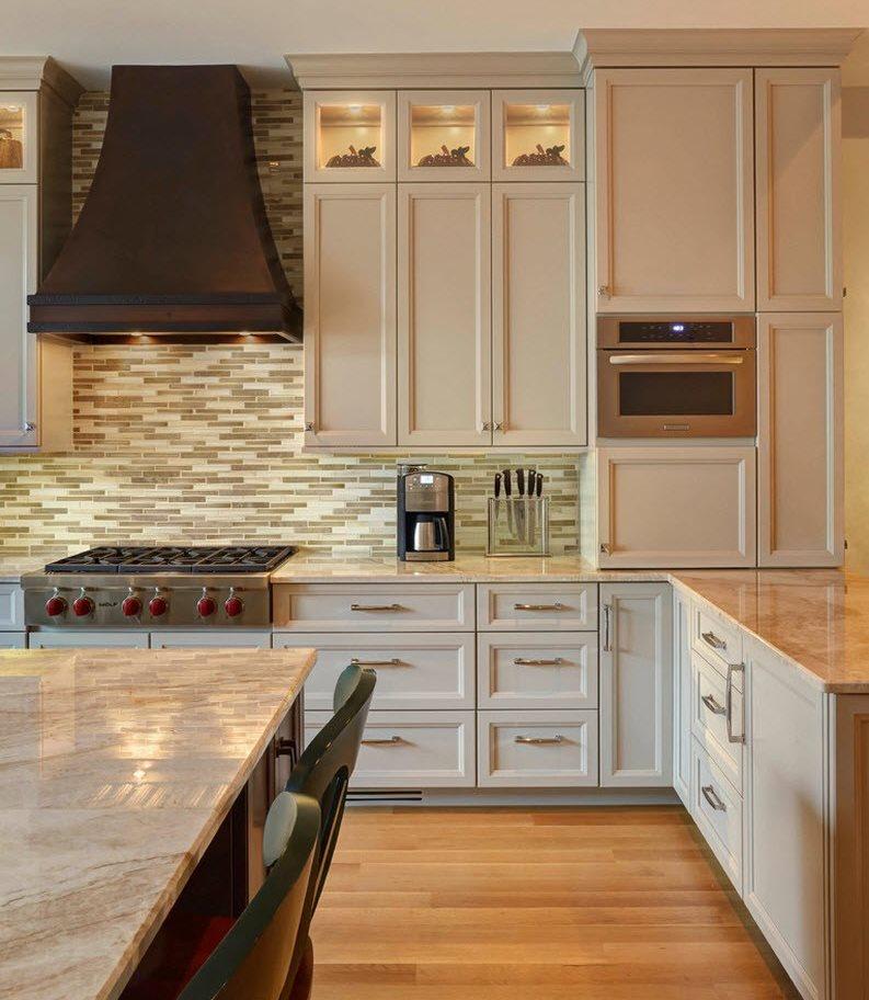 Черная вытяжка над газовой плитой в классической кухне