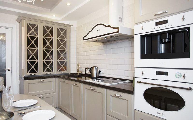 Светлая кухня с вытяжкой в стиле современной классики