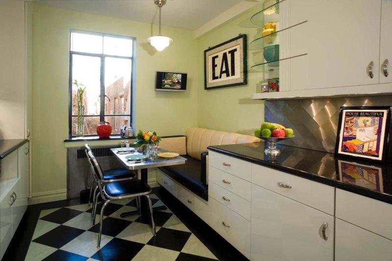 Обеденная зона с прямым диваном возле окна кухни