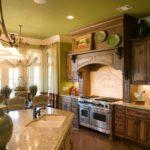 Светло-зеленый потолок в просторной кухне