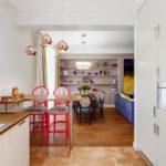 Красные стулья в белой кухне