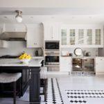 Черно-белый пол в кухне частного дома