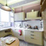 Дизайн кухни с рулонной шторой