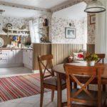 Полосатый коврик на кухонном полу