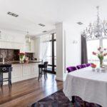 белая скатерть и фиолетовые стулья