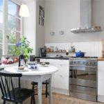 Компактная кухня без навесных шкафов