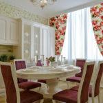 Занавески с цветочками на окне кухни