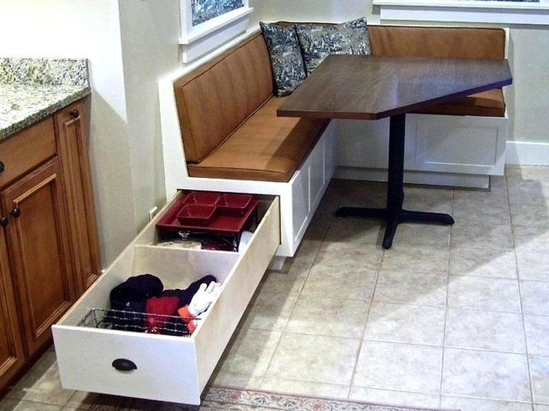 Длинный выдвижной ящик в торце кухонного дивана