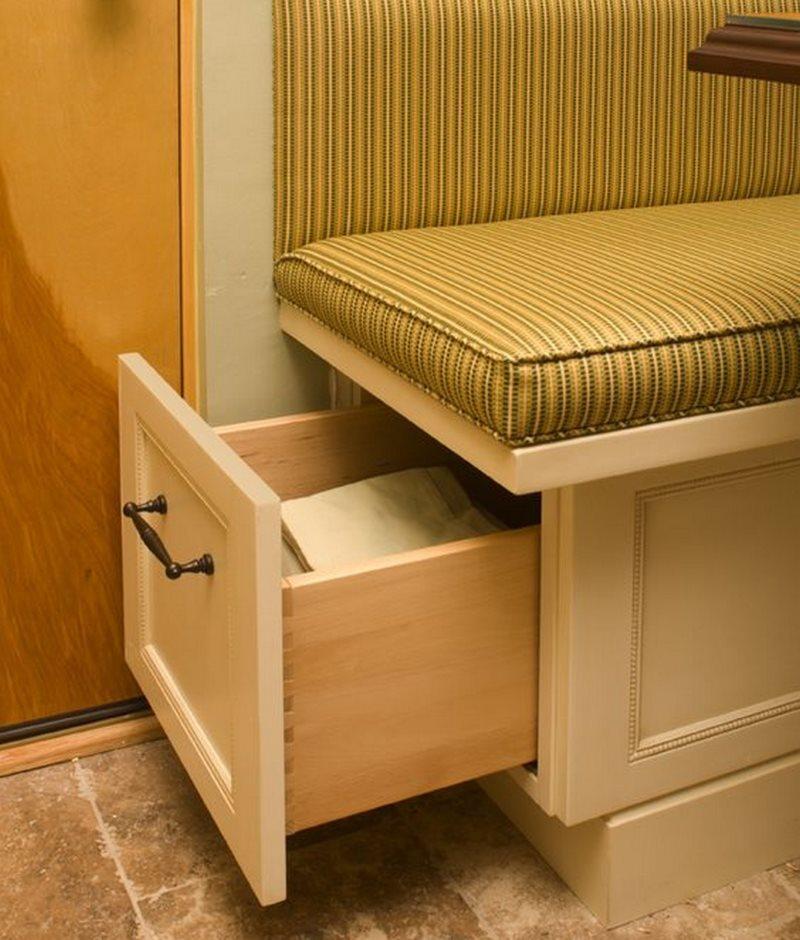 Удобные выдвижной ящик в торце кухонного диванчика