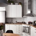 Вытяжку для маленькой кухни следует подбирать исходя из планировки и размера помещения