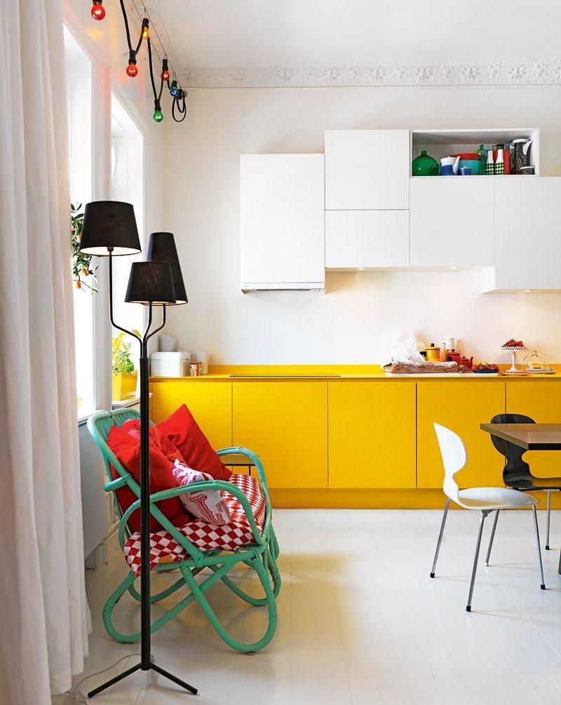 Черный торшер в кухне с желтой мебелью