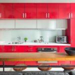 Яркий малиновый гарнитур для кухни