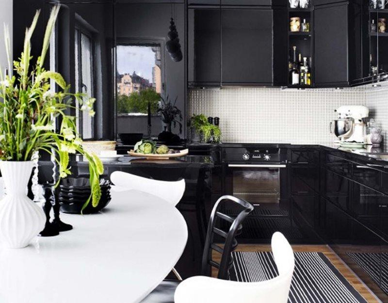 Ваза с зелеными растениями на белом столе