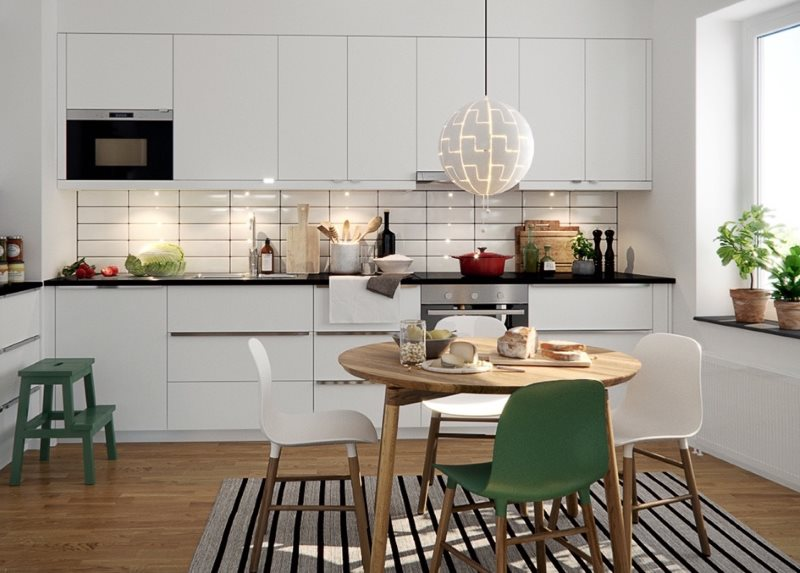 Линейная кухня светлого оттенка в городской квартире