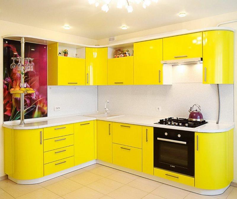 Угловая кухня с желтыми фасадами из акрила