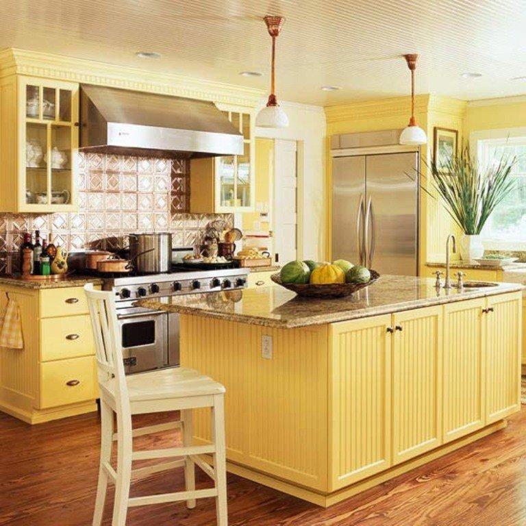 Дизайн классической кухни с желтой мебелью