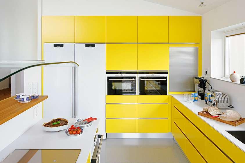 Дизайн современной кухни с желтым гарнитуром