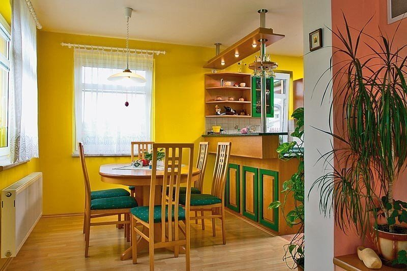 Желтая стена в интерьере кухни с барной стойкой