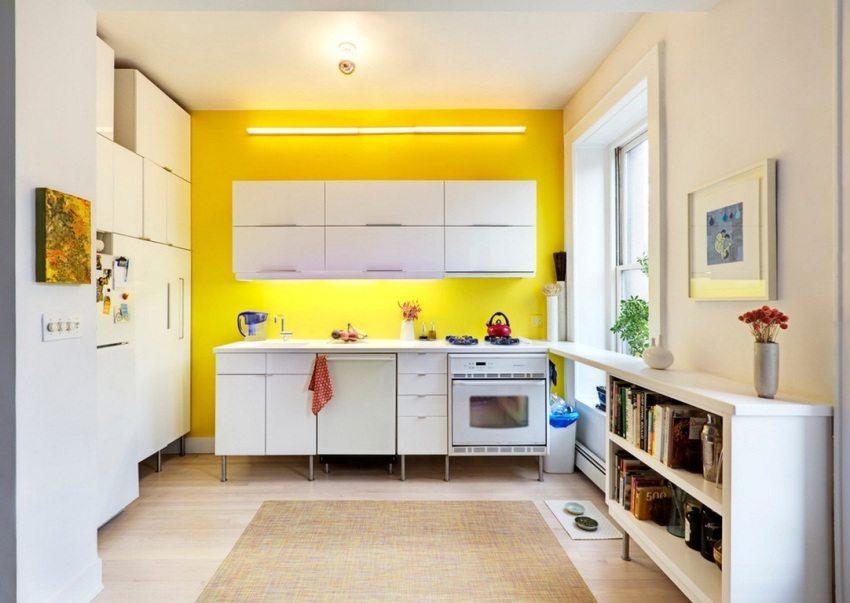 Акцентная стена желтого цвета в интерьере светлой кухни