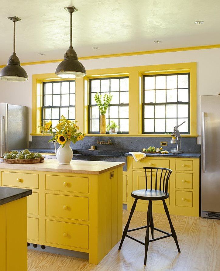 Бежевые стены кухни с желтой мебелью