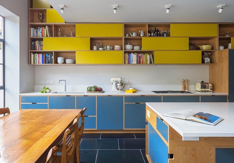 Темно-синий пол в кухне с желтыми шкафами