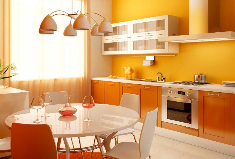 Желтая стена кухни с персиковой мебелью