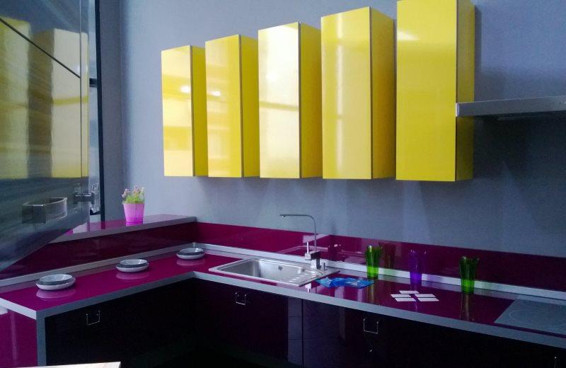 Желтые подвесные шкафчики над тумбами баклажанного цвета