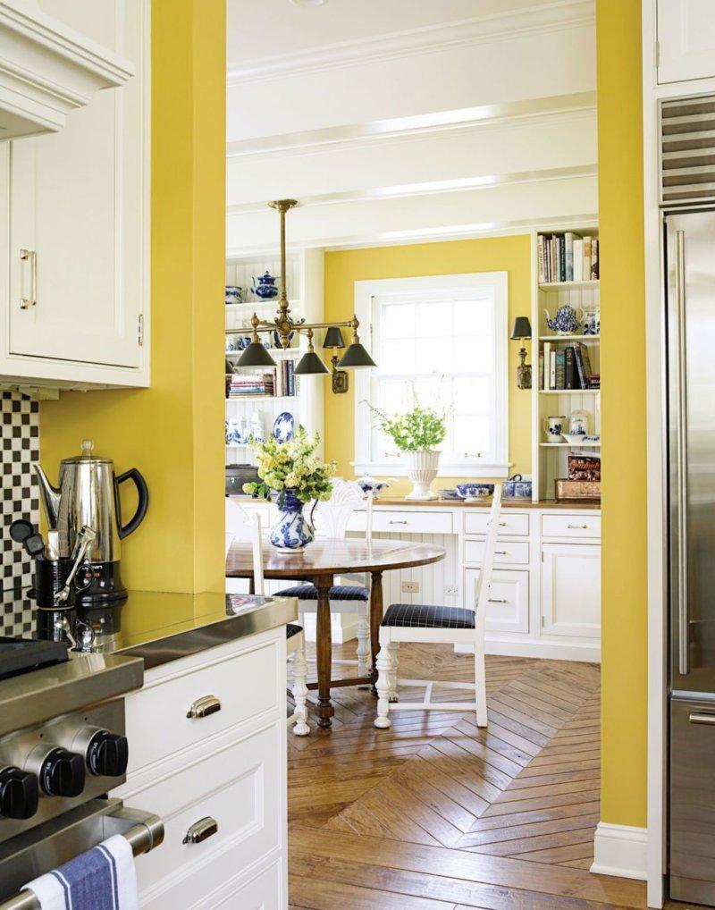 Обеденная зона на кухне с желтыми стенами