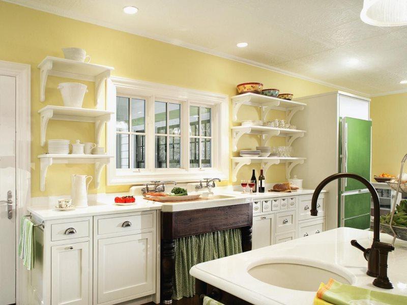 Черный смеситель на кухне в светлых тонах