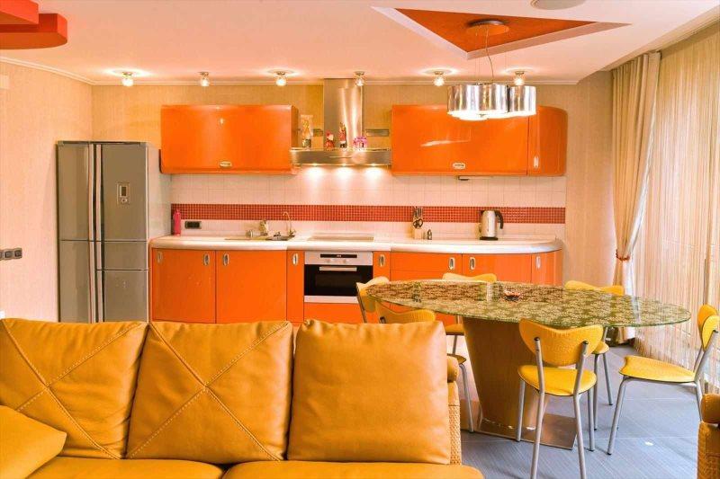 Желтые стулья вокруг кухонного стола