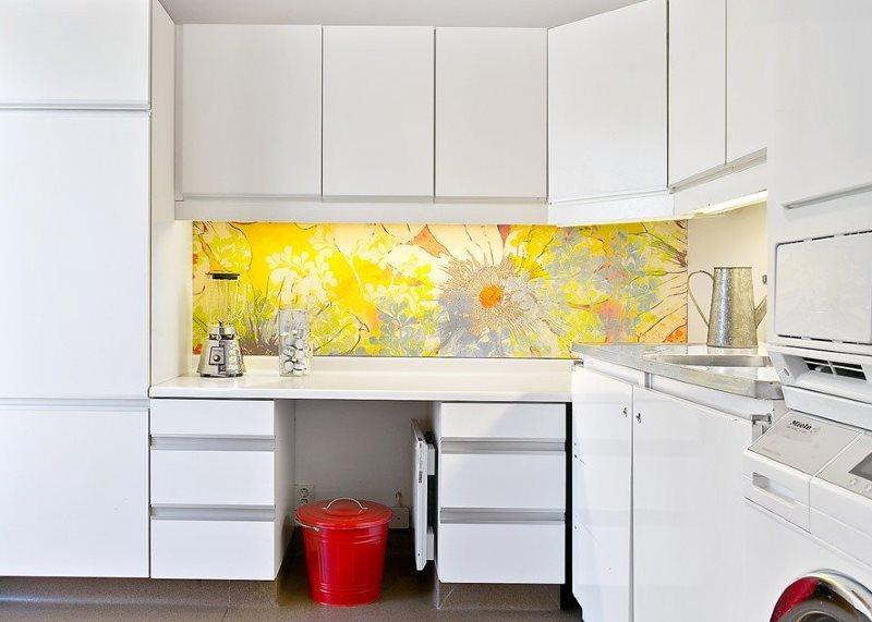 Желтый фартук и белый кухонный гарнитур