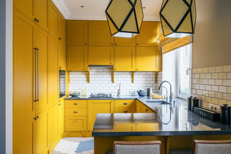 Желтый гарнитур до потолка маленькой кухни