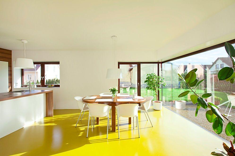 Интерьер кухни с желтым полом в частном доме