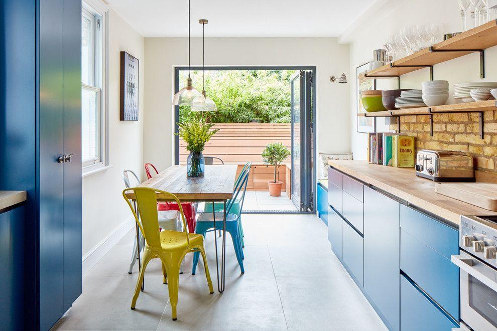 Голубая кухня с дверью во внутренний дворик дачного участка