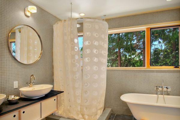 подвесной карниз в ванной.