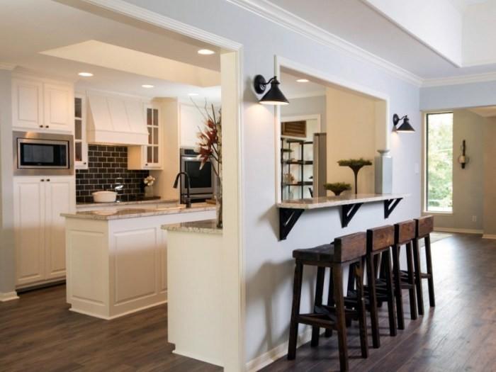 Кухня с барной стойкой.