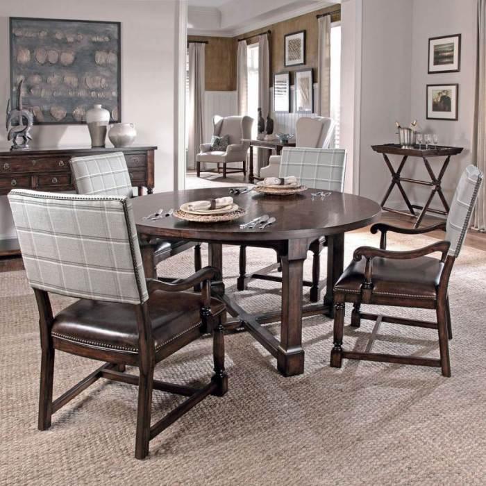 Стол и стулья на кухне.