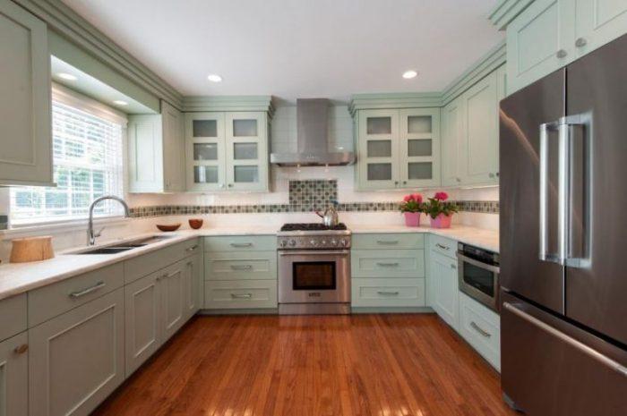 П-образная зеленая кухня.