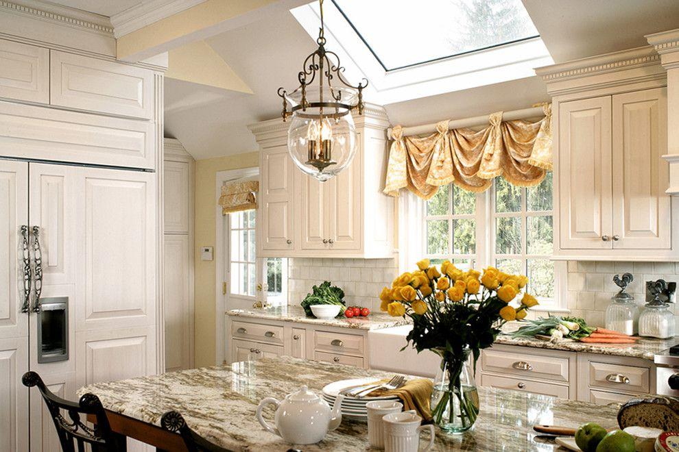 Короткая занавеска в интерьере классической кухни