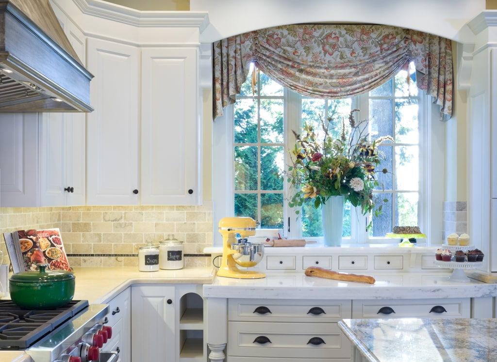 Ламбрекен с джаботом на кухонном окне